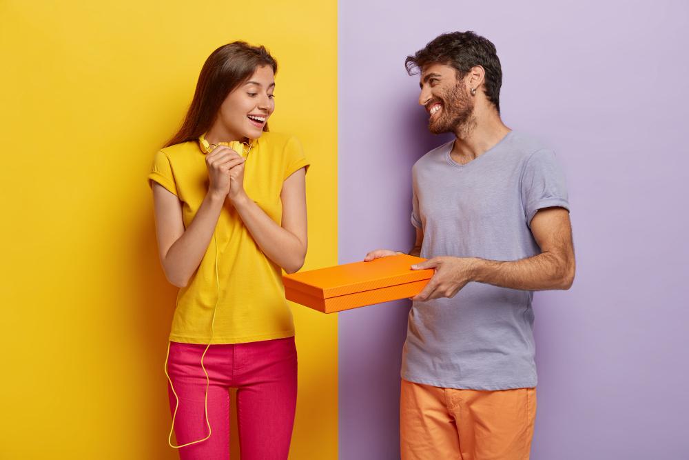 Chica sorprendida porque le están entregando un regalo