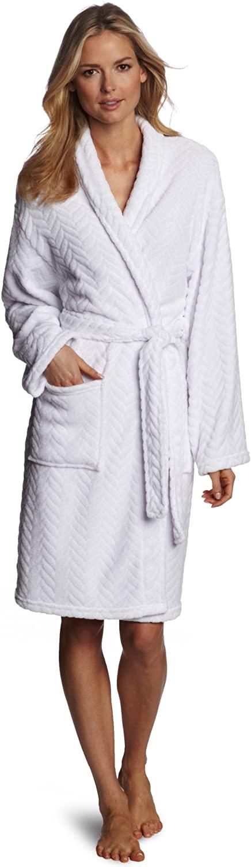 Mujer con bata de felpa Seven Apparel blanca.