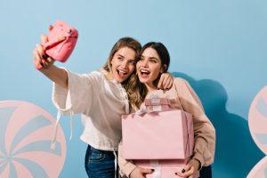 Amigas tomándose fotos con regalos