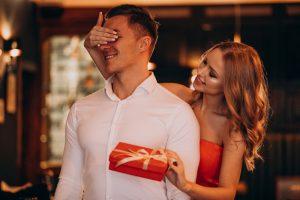 Mujer dando regalo de Aniversario a su esposo